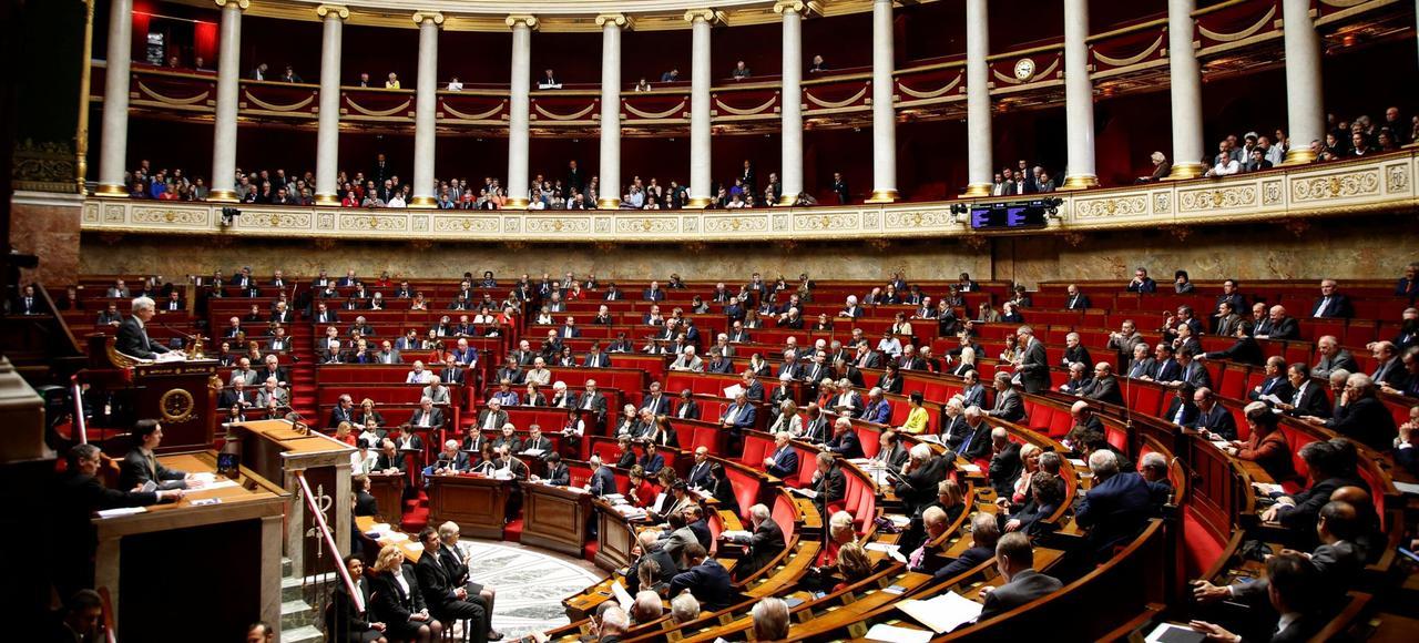On compte en France 1 élu pour 100 habitants contre 1 pour 500 en Allemagne et 1 pour 600 aux États-Unis.