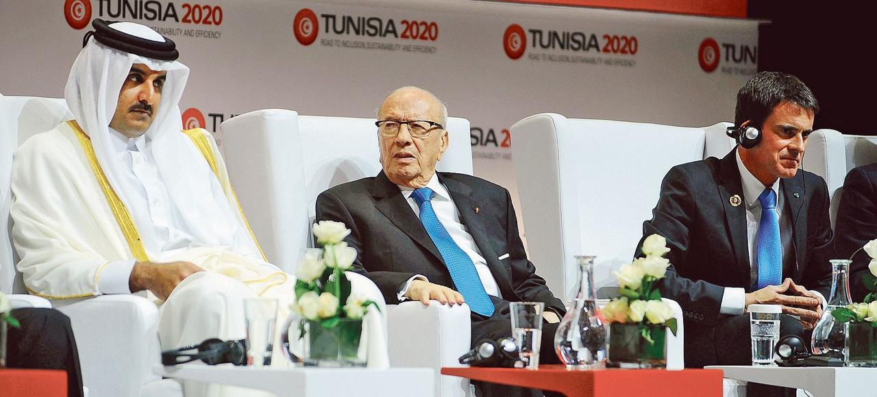 L'émir du Qatar Sheikh Tamim bin Hamad Al-Thani, le président tunisien Beji Caïd Essebsi et le premier ministre français Manuel Valls, lors de la conférence Tunisia 2020 à Tunis.