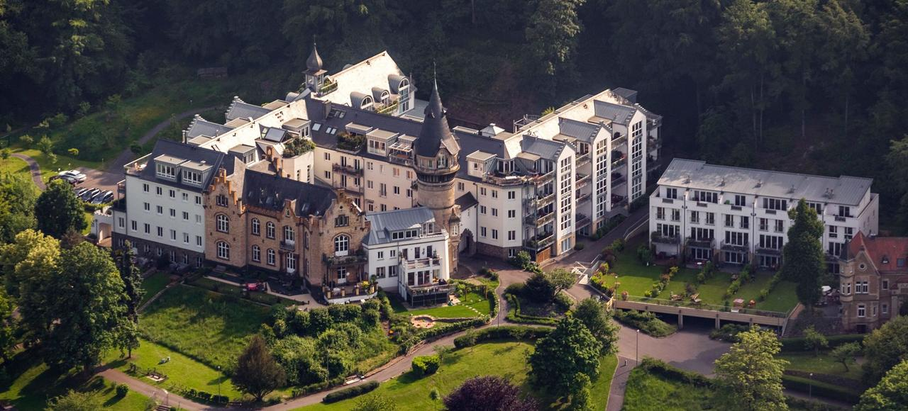 Après avoir été le siège du ministère de la Justice de la République fédérale d'Allemagne de 1950 à 1973, la Villa Rosenburg, située dans un quartier de Bonn, abrite aujourd'hui de luxueux appartements.