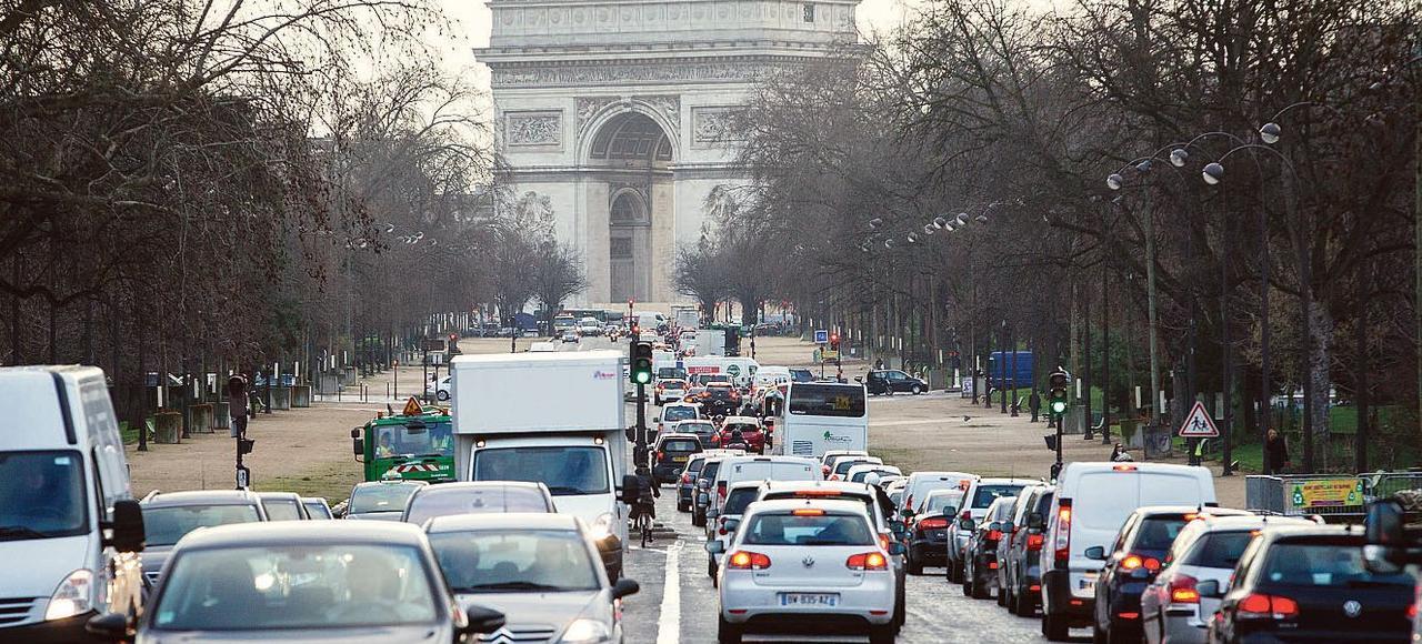 Circulation avenue Foch, dans le XVIe arrondissement de Paris.