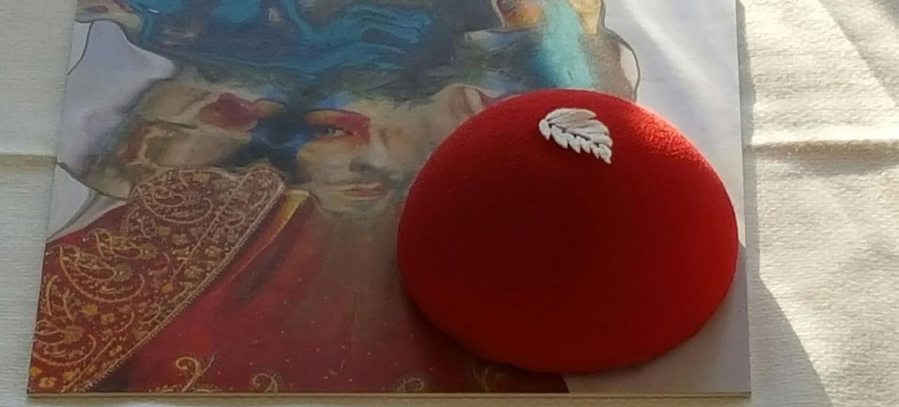 Dôme rouge velours, dont la forme évoque le sein de la Pompadour, il résume parfaitement l'esprit de l'opéra comique français.