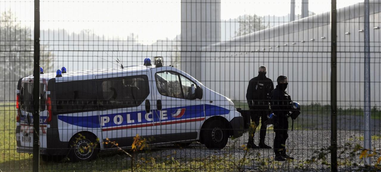 Des policiers stationnent devant la prison de Valence lors de la mutinerie, le 27 novembre dans la Drôme.