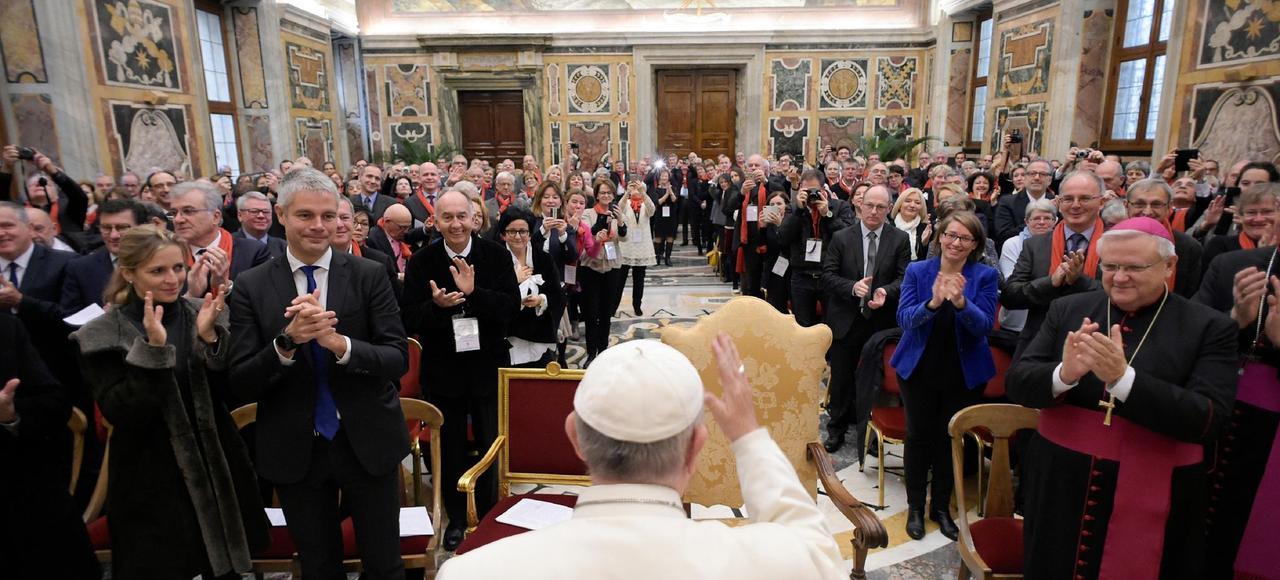 La délégation d'Auvergne-Rhône-Alpes, avec notamment Laurent Wauquiez à gauche, face au pape François, le 30 novembre à Rome.