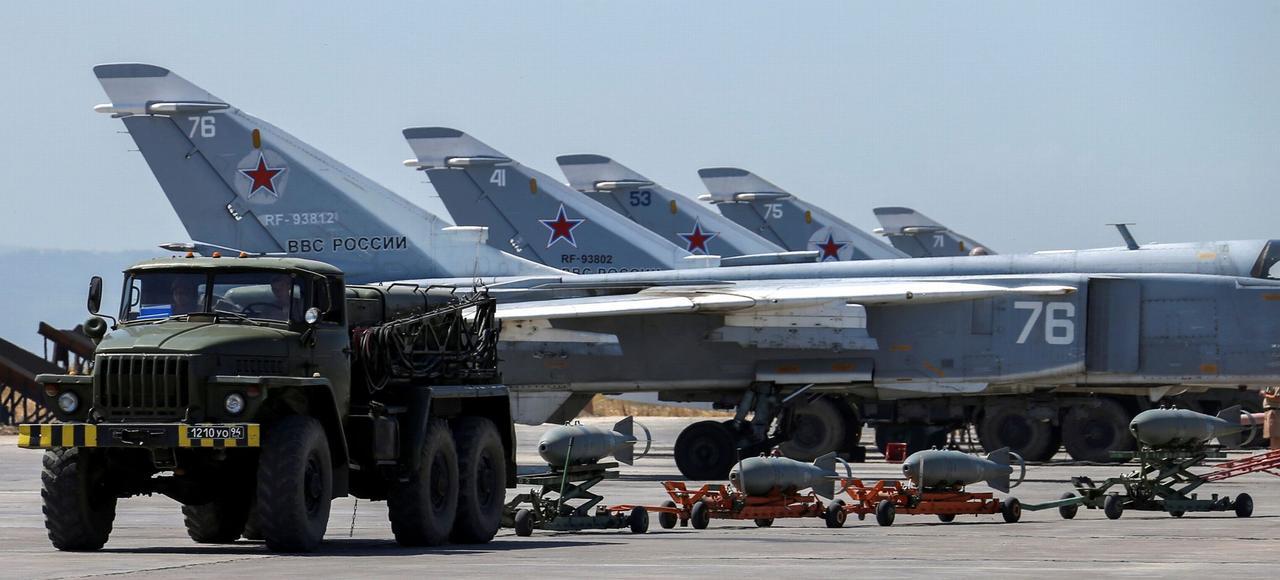 Des avions de chasse russes stationnées sur la base de Hmeymim, en Syrie.