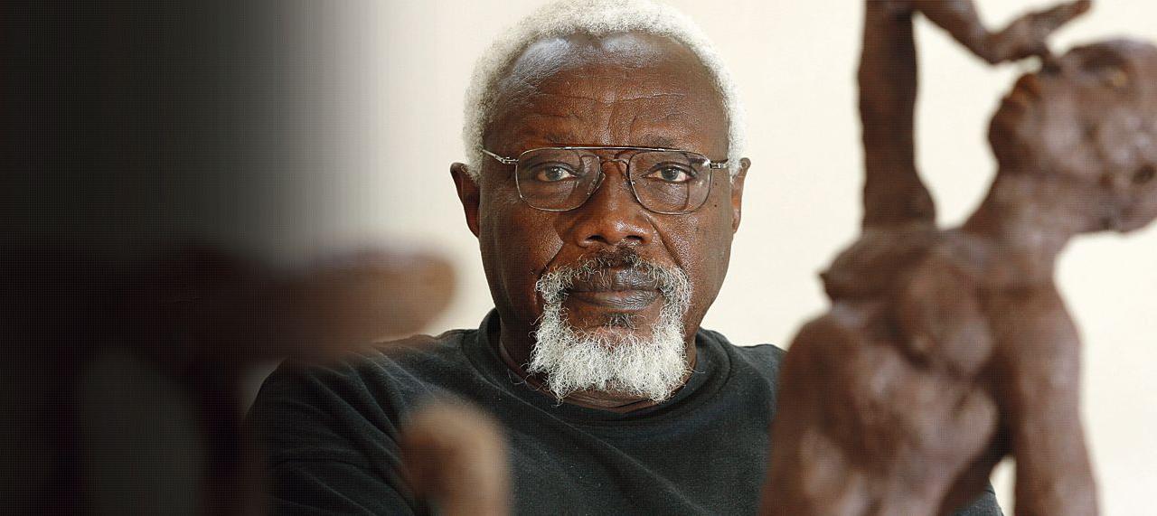 Ousmane Sow pose à côté de ses oeuvres qui seront exposées dans le cadre des Rencontres internationales de la photographie d'Arles du 2 juillet au 16 septembre 2007