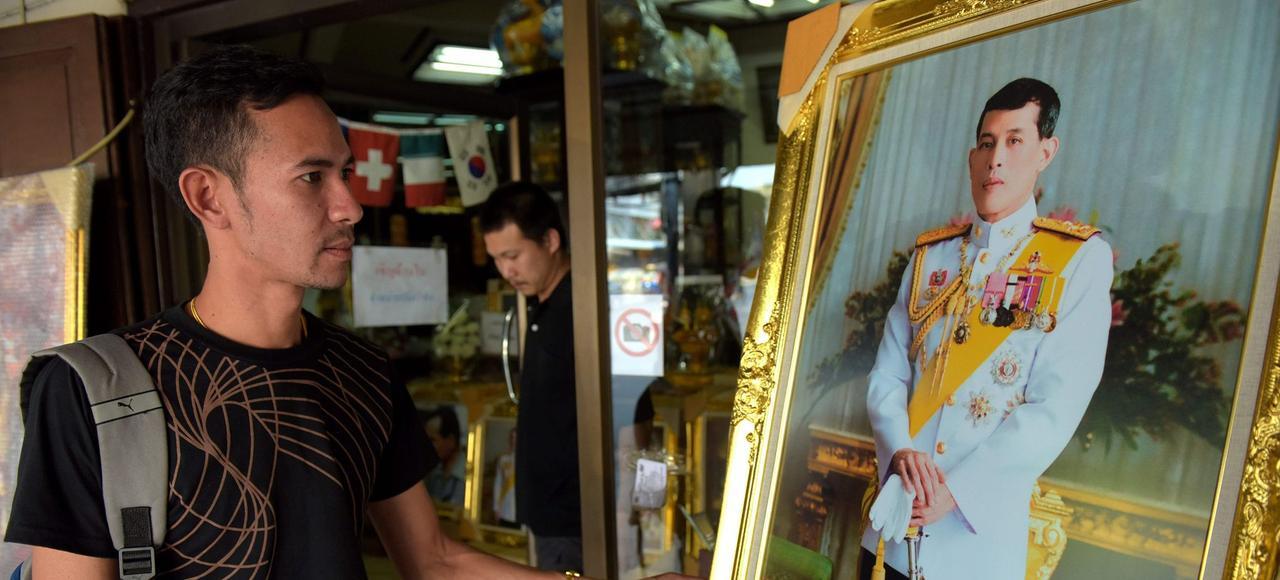 Un portrait de Maha Vajiralongkorn dans une boutique de Bangkok.