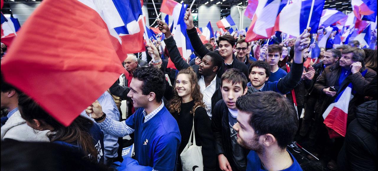 François Fillon porté par la jeunesse lors de son dernier meeting de la primaire, au Parc des expositions de la Porte de Versailles.