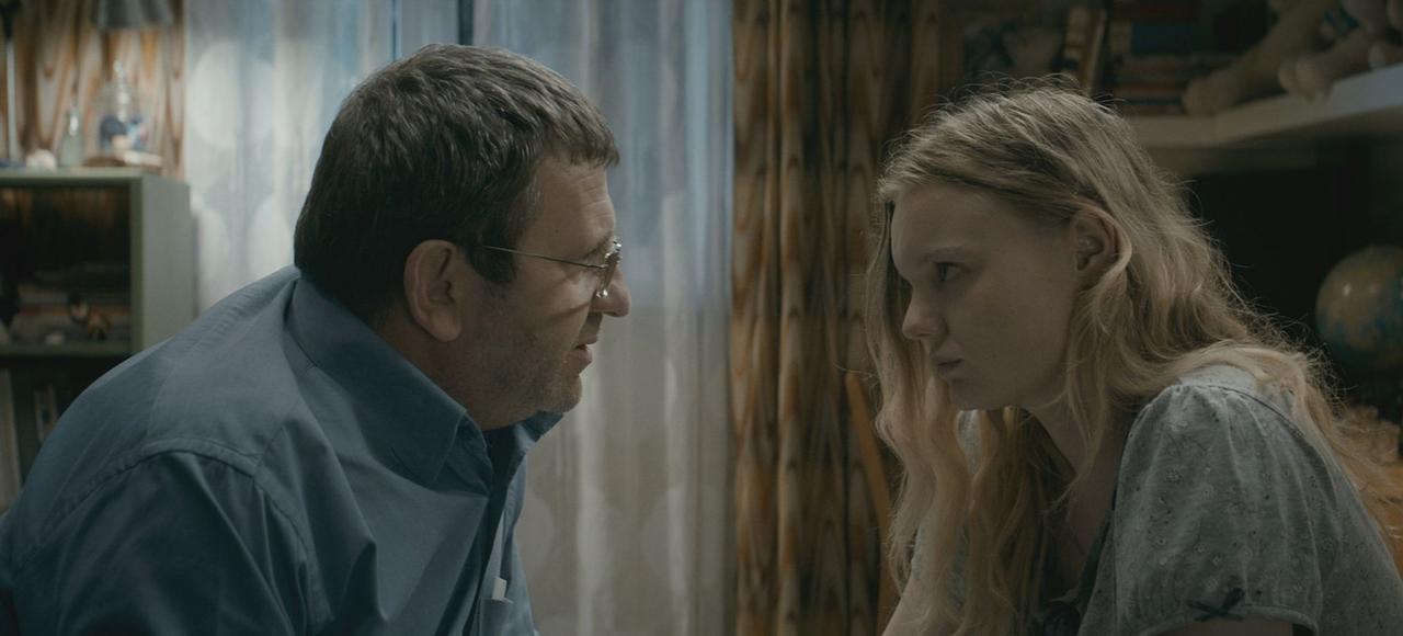 Romeo (Adrian Titieni), un père prêt à tout sacrifier pour l'avenir de sa fille Eliza (Maria Dragus).