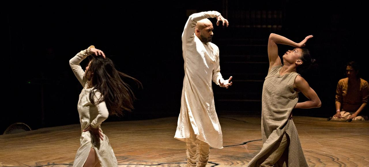 Akram Khan (au centre) dans <i>Until the Lions</i>.