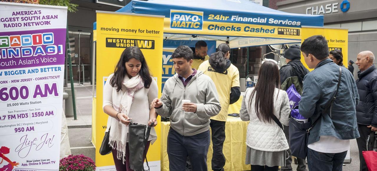 Les envois de fonds à leurs proches par les émigrés ont totalisé 580 milliards de dollars en 2014. En photo, des services de transfert d'argent à New York.