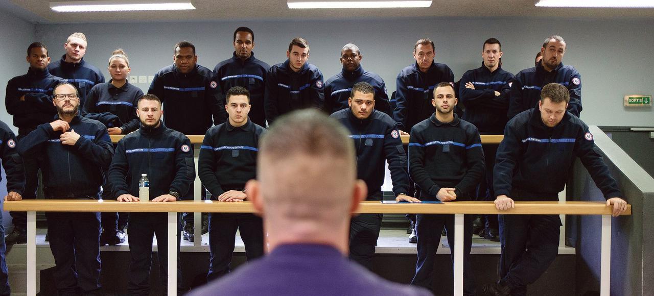 Un instructeur de l'Enap guide les élèves surveillants au cours d'une simulation d'intervention dans une cellule en vue de la maitrise d'un détenu, le 15 décembre à Agen.