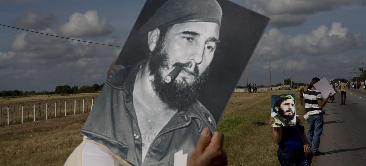 La foule attend le passage du convoi ramenant les cendres de Fidel Castro à Santiago, le 2 décembre près de Las Tunas.