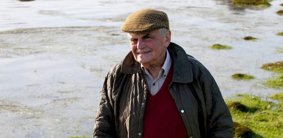 Michel Déon à Kilcolgan, dans la baie de Galway, en Irlande. C'est à cet endroit, dans une des îles où il avait trouvé la «pacification intérieure», qu'il avait écrit <i>Les Poneys sauvages</i>, en 1970.