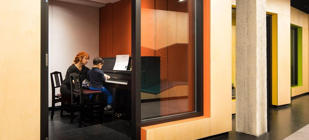 Des cours de Solfège, de chant, de violon et de piano sont proposés dès l'âge de 4 ans aux enfants de l'école Saint-Rémi, à Montréal.