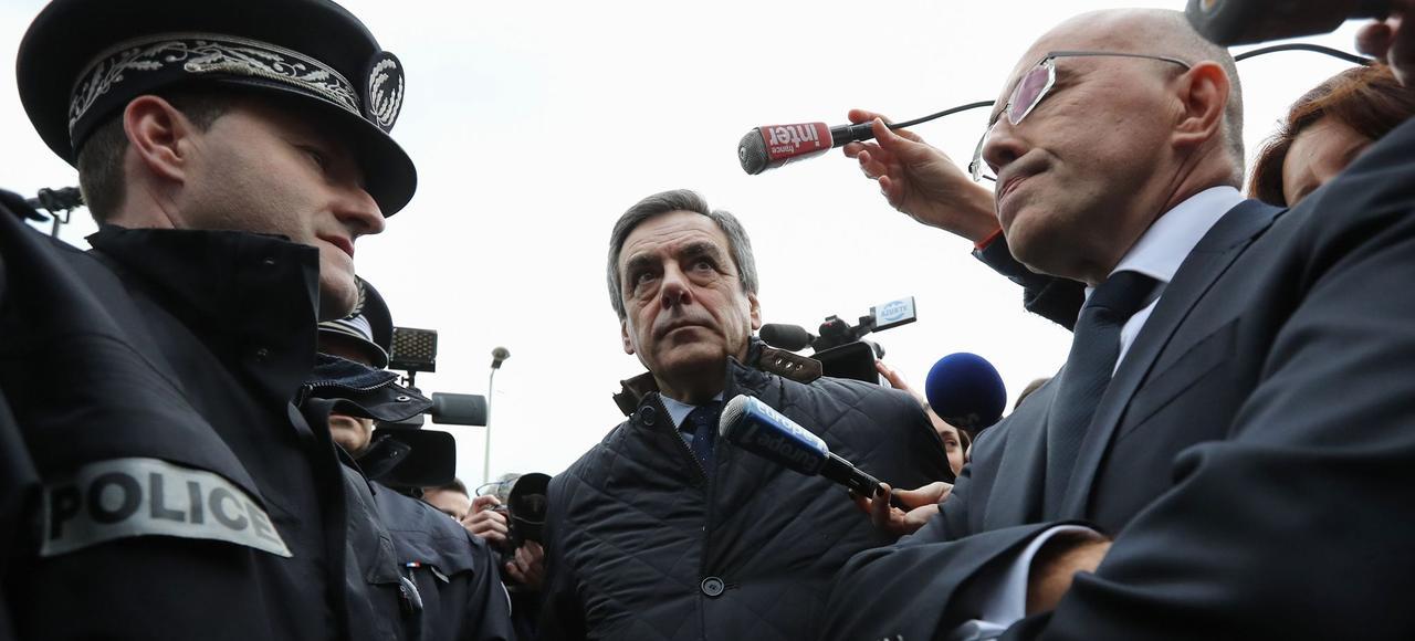 François Fillon a rencontré des policiers, mercredi, à Menton (Alpes-Maritimes).