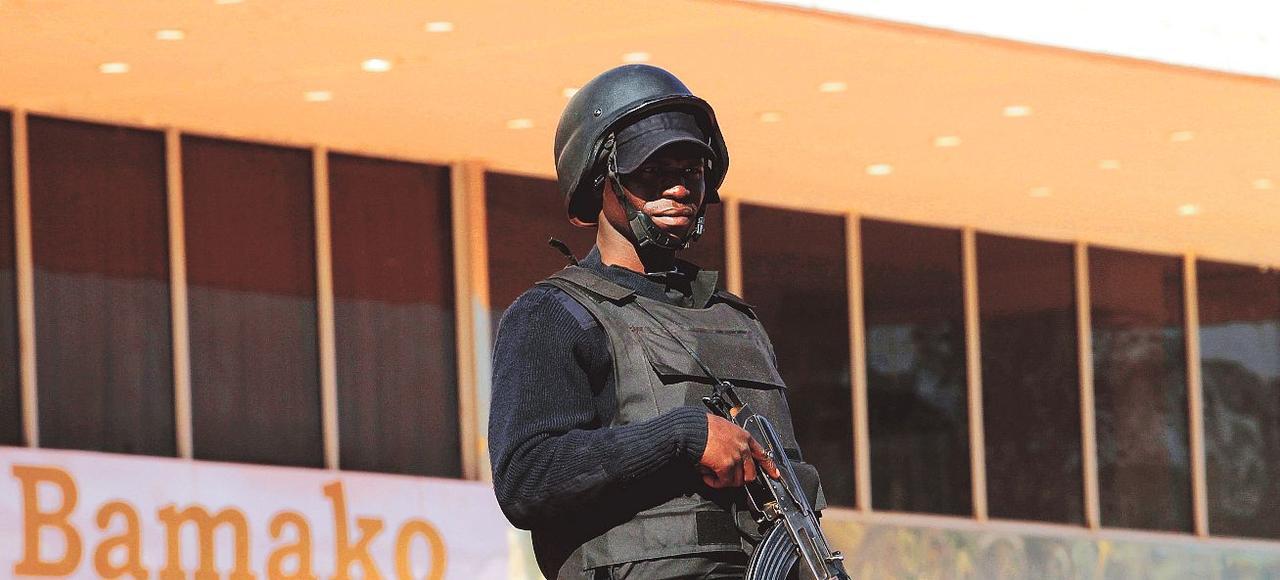 Un soldat malien monte la garde devant le centre de conférences international où se déroule le sommet Afrique-France, jeudi à Bamako.