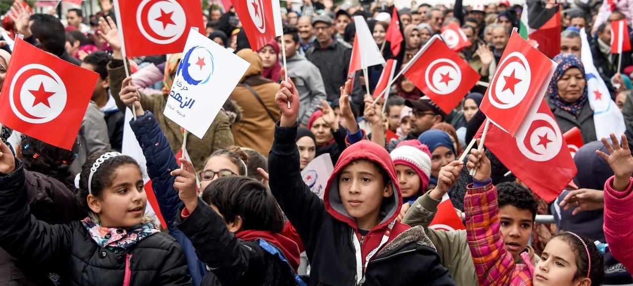 Samedi, des sympathisants du parti islamiste Ennahda célèbrent le sixième anniversaire de la révolution du 14 janvier 2011, sur l'avenue Gourguiba, à Tunis.