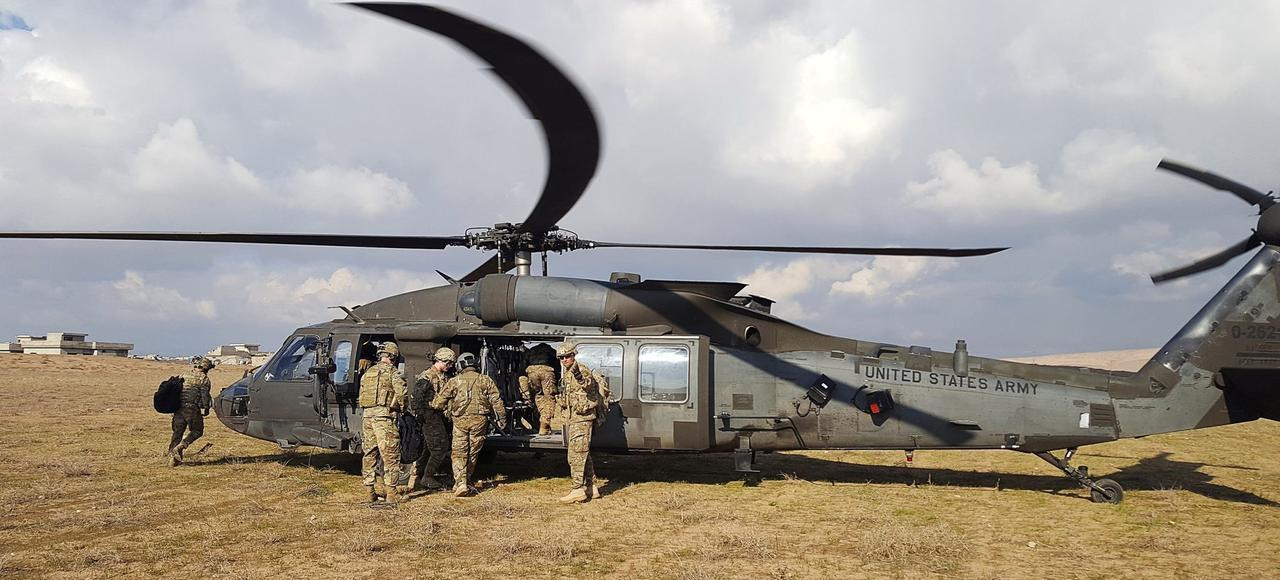 Des soldats américains embarquent dans un hélicoptère, le 4 janvier, au nord de Mossoul, en Irak.