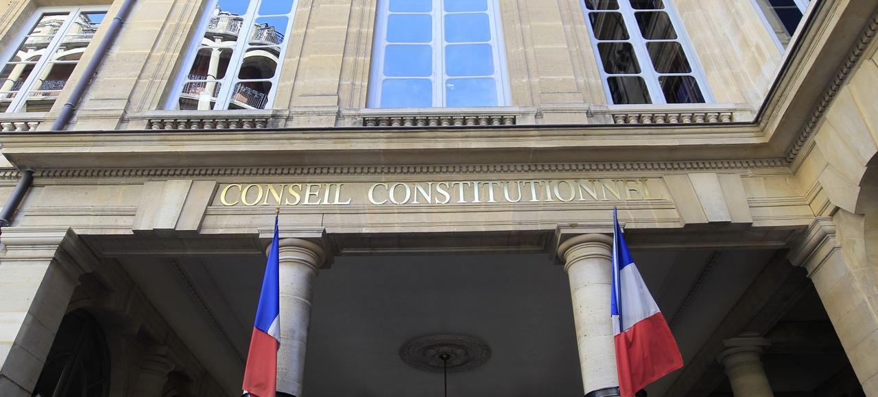 Le Conseil constitutionnel estime que l'exécutif ne peut pas prendre par ordonnance les mesures nécessaires pour durcir le régime d'ouverture des établissements hors contrat, en passant de la déclaration à l'autorisation.