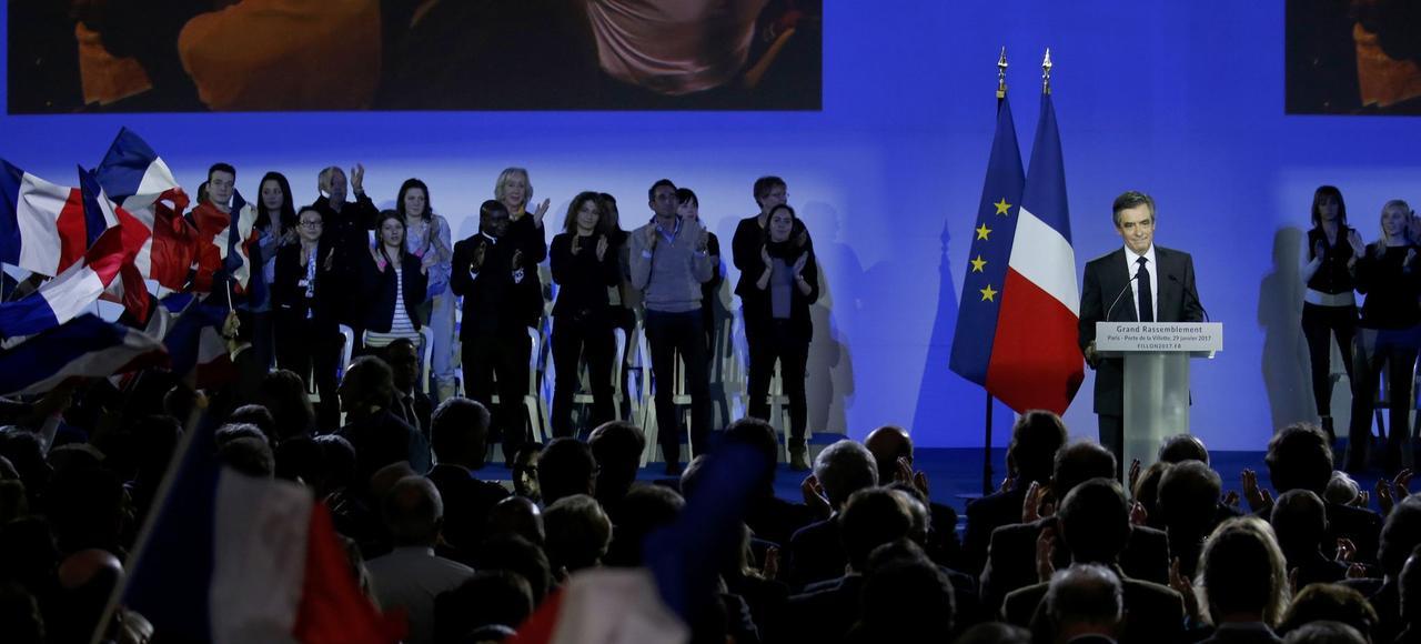 François Fillon (ici dimanche, en meeting à La Villette) entend rétablir le plafond initial du quotient familial et l'universalité des allocations familiales.