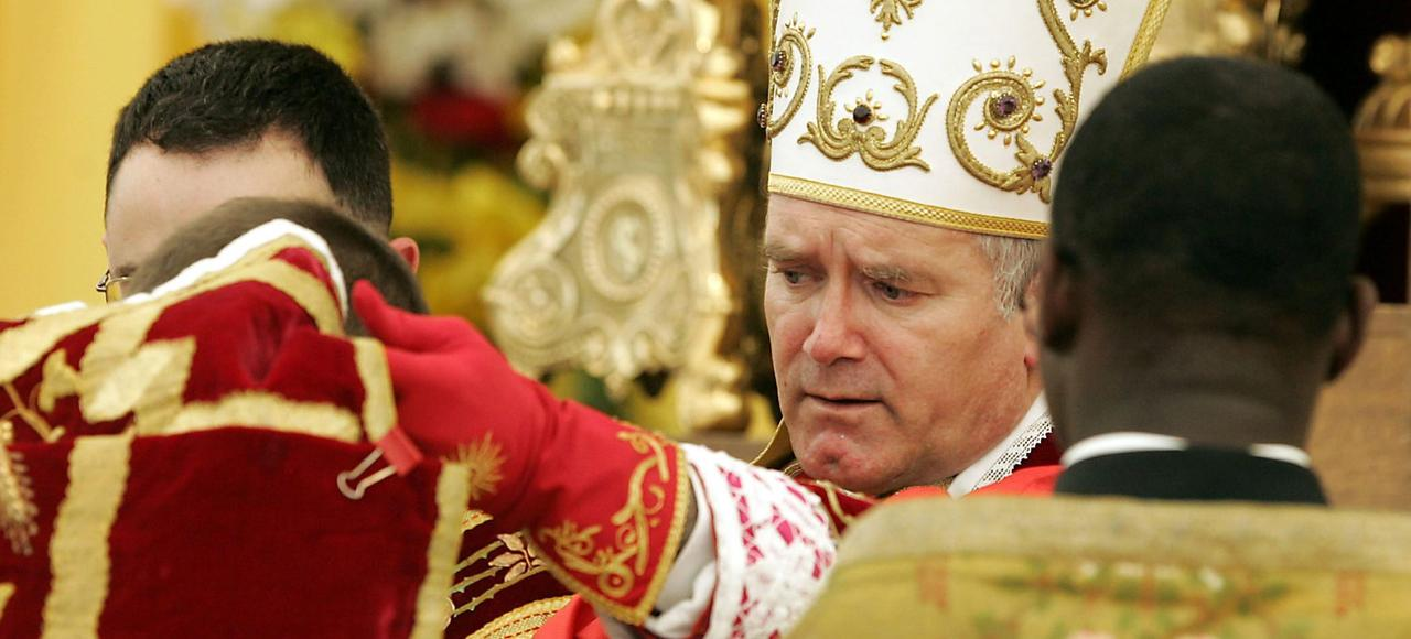 Mgr Bernard Fellay lors d'une cérémonie d'ordination de prêtres, à Écône, en Suisse.