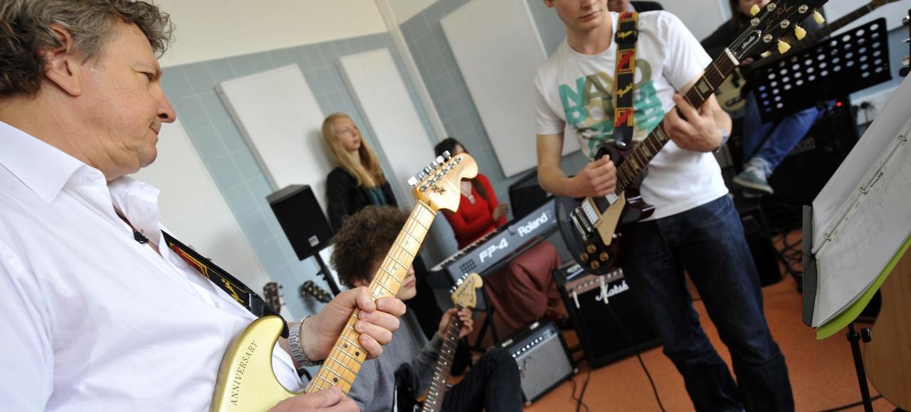 Au centre Jean-Abadie de Bordeaux, un psychiatre-guitariste et une kiné-bassiste préparent les jeunes à se produire en concert.