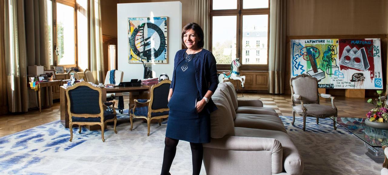 Dans cet immense bureau autrefois occupé par Jacques Chirac, JeanTiberi et Bertrand Delanoë, Anne Hidalgo a une vue directe sur les embouteillages des quais hauts.