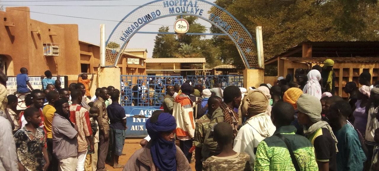Des habitants de Gao attendentdes nouvelles de leurs proches,devant l'hôpital de la ville, le 18janvier, après l'attentat suicide contre le centre du Mécanisme opérationnel de coordination.
