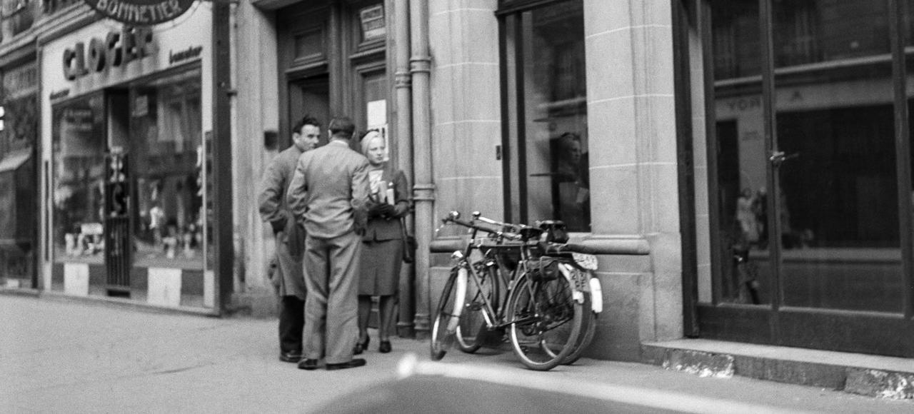 Louis-Ferdinand Céline <i>(à gauche)</i> devant l'Institut d'étude des questions juives, en mai 1941, à Paris.