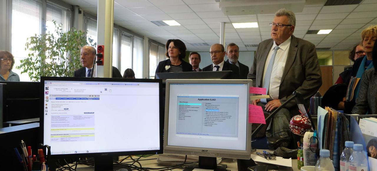 Christian Eckert (à droite) rencontre des contribuables et des agents du centre des finances publiques de Montpellier, le 28 octobre dernier.