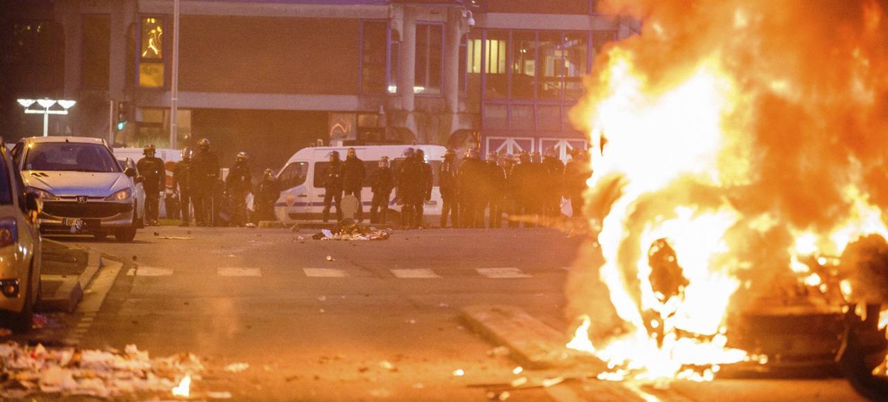 Un vehicule incendié, le 11 février à Bobigny, après le rassemblement de soutien à Théo.