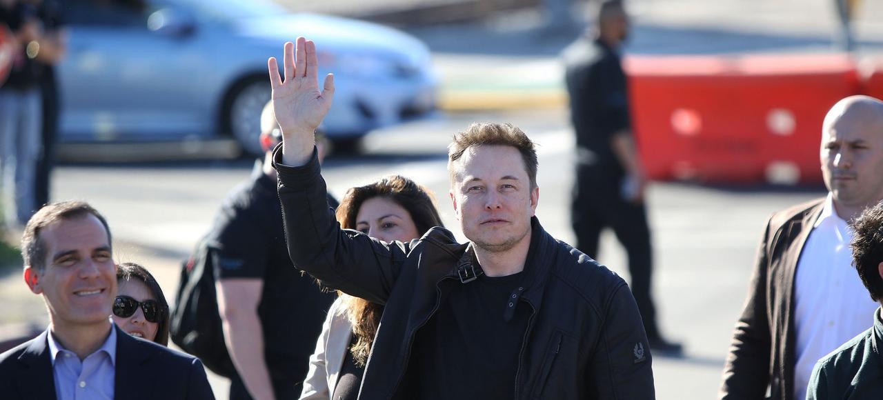 Elon Musk arrive à la SpaceX Hyperloop Pod Competition accompagné par le maire de Los Angeles, Eric Garrett <i>(à gauche)</i>, le 29 janvier en Californie.