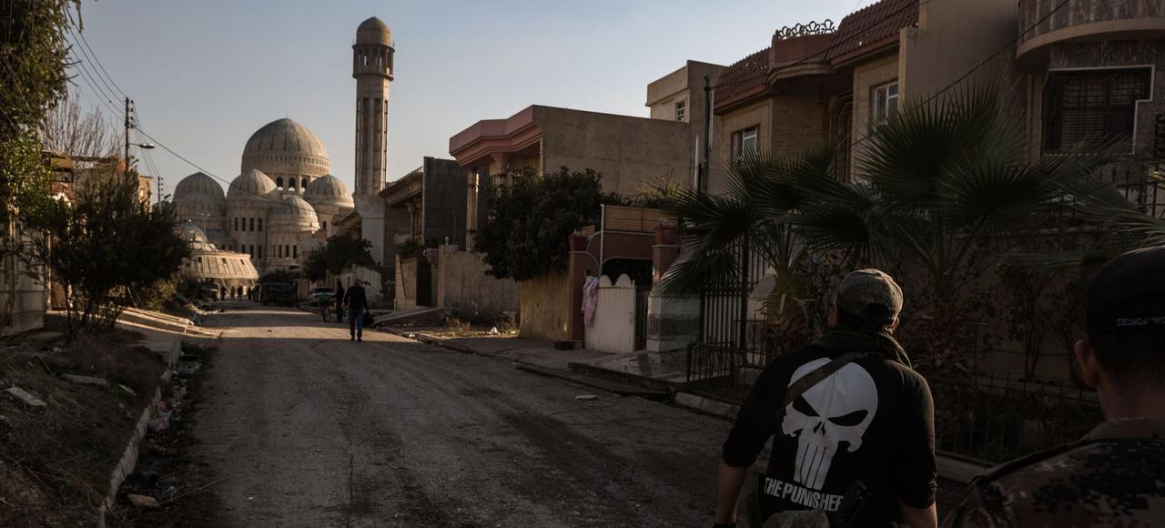 Les forces spéciales irakiennes patrouillent dans le quartier de Mohandessin après l'avoir repris à l'État islamique, en janvier à Mossoul.