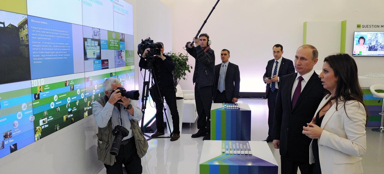Vladimir Poutine et la rédactrice en chef de RT, lors du 10e anniversaire de la chaîne, le 10 décembre 2015.