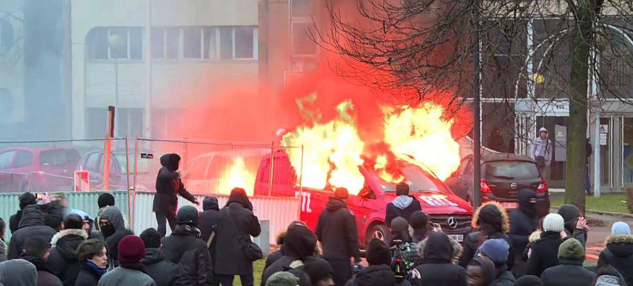 Une voiture de RTL brûle en marge de la manifestation en soutien à Théo, samedi à Bobigny (Seine-Saint-Denis).