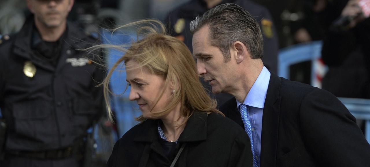 La princesse espagnole Cristina et son mari, Iñaki Urdangarin, quittent le tribunal, le 9 février 2016, après leur comparution dans un procès pour corruption à Palma de Majorque, en Espagne.