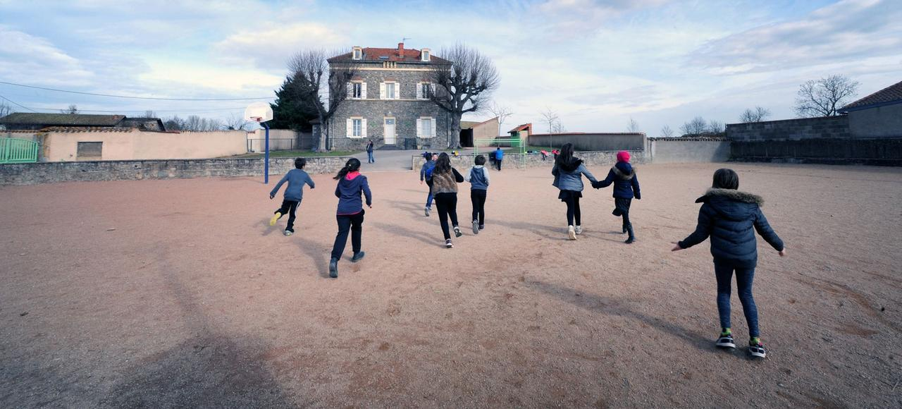 L'école de Saint-Julien-d'Oddes fait partie d'un regroupement pédagogique intercommunal (RPI) formé par Grézolles et Souternon, les deux villages voisins. Aujourd'hui, l'établissement n'accueille que 13élèves.