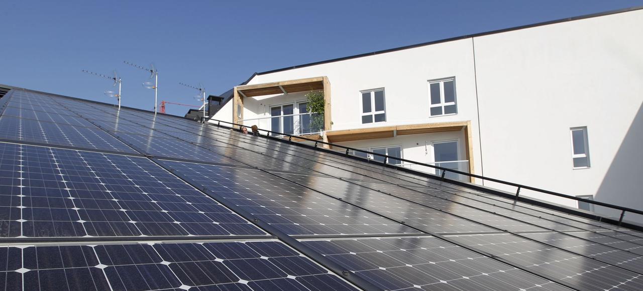 Panneaux photovoltaïques sur le toit d'un immeuble de la ZAC Cardinet Chalabre, «l'écoquartier» exemplaire du projet d'aménagement Clichy-Batignolles.