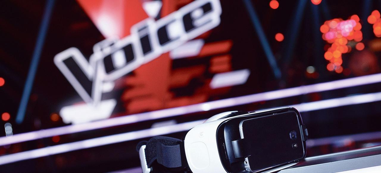 Avec un smartphone, un casque de réalité virtuelle et la nouvelle application MyTF1 VR, les télespectateurs qui regarderont «The Voice» ce soir pourront écouter les candidats, dos à eux, et décider de buzzer pour faire tourner le fauteuil.