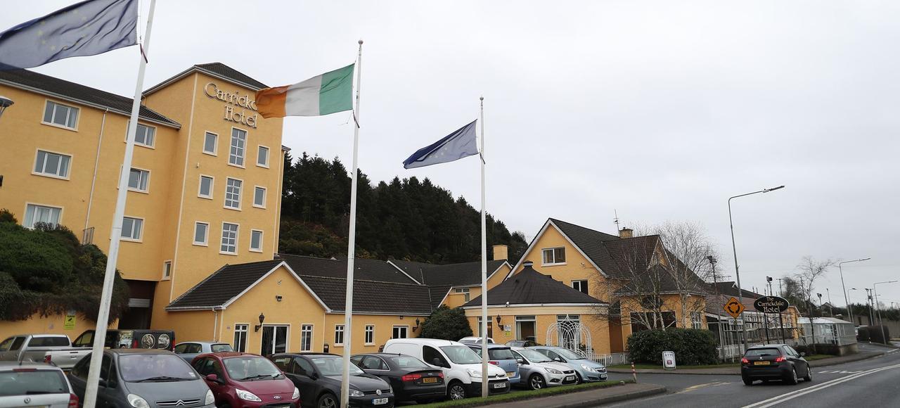 L'hôtel Carrickdale, à Carrickcarnan, est situé en République d'Irlande. De l'autre côté de la route, la zone industrielle est en Irlande du Nord.