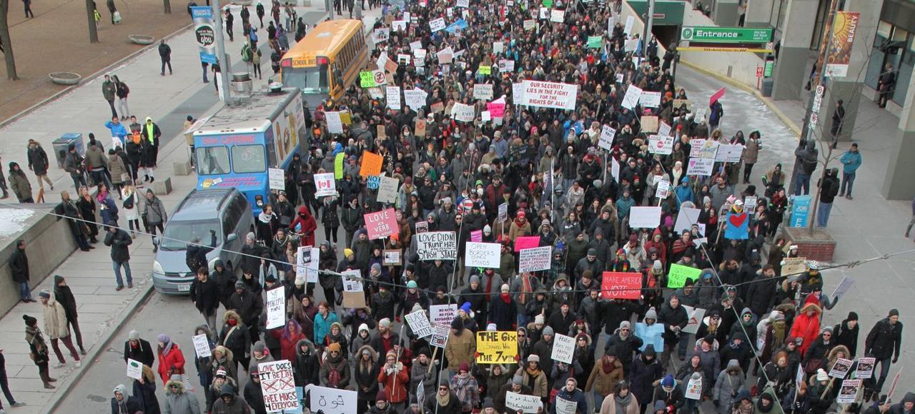 Manifestation contre l'islamophobie et le décret de Donald Trump interdisant l'entrée aux États-Unis de ressortissants de sept pays musulmans, le 4 février à Toronto.