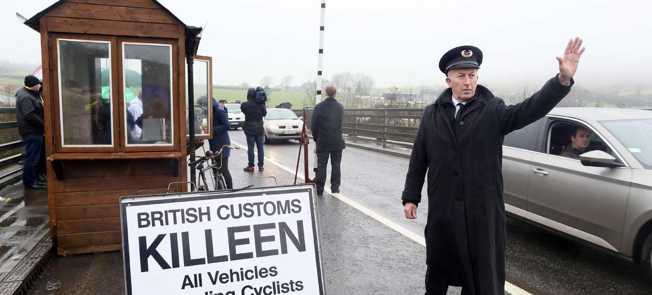 Des manifestants déguisés en agents des douanes près de Killeen, à la frontière entre les deux Irlandes, le 18 février 2017. Ils redoutent l'introduction de contrôles à la mise en application du Brexit.Demonstrators dressed as custom officials set up a mock customs checkpoint at the border crossing in Killeen, near Dundalk to protest against the potential introduction of border checks following the decision by the UK to leave the EU on February L'hôtel Carrickdale, à Carrickcarnan, est situé en République d'Irlande. De l'autre côté de la route, la zone industrielle est en Irlande du Nord.
