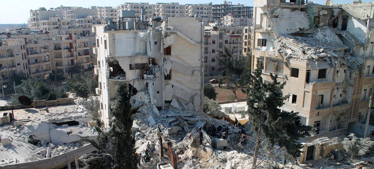 Plus que le sud frontalier de la Jordanie, où les rebelles sont devenus des garde-frontières pour le compte d'Amman, «Idleb (au nord-ouest de la Syrie) revêt une importance particulière» pour la France (ici, la ville après une frappe aérienne, le 7 février).
