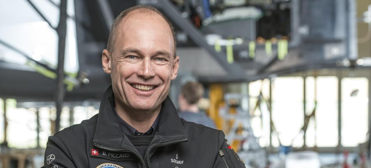 Bertrand Piccard a réalisé en 2015 le tour du monde en avion solaire, étalé sur 16mois, en 17étapes et 23jours de vol effectif.
