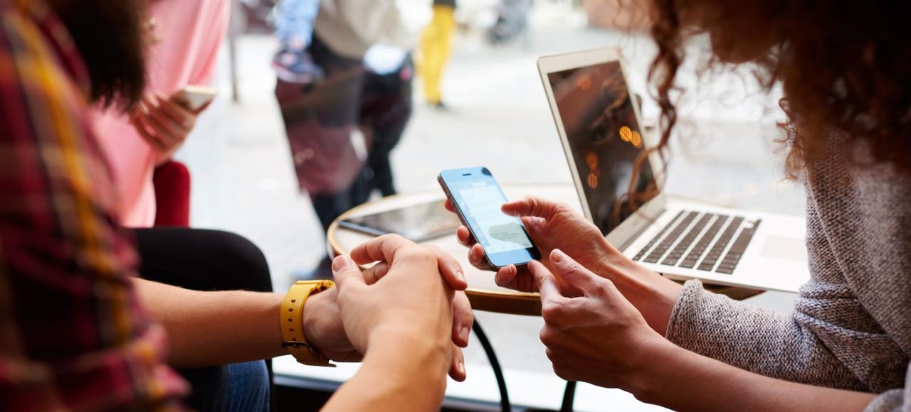 Le smartphone est le principal mode de connexion toute la journée, avec un pic entre 17heures et 20heures.