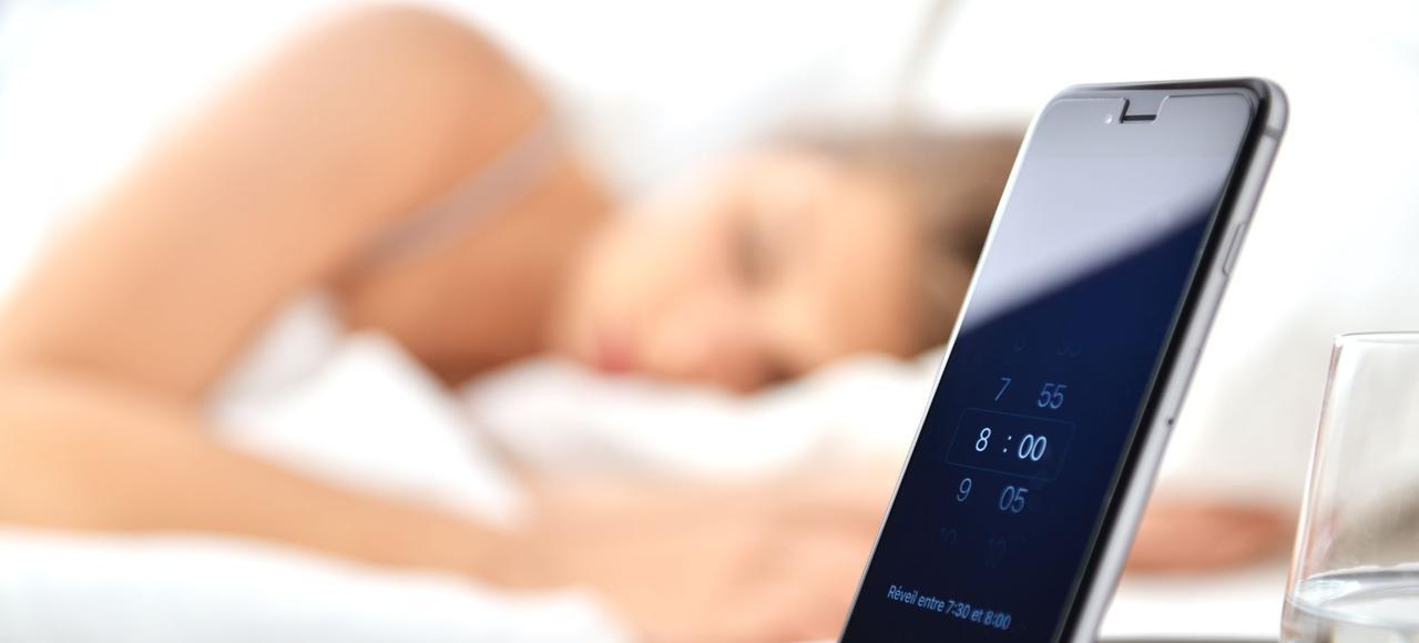 Équipé de capteurs miniatures imperceptibles, l'oreiller iX21 Smart Pillow d'Advansa enregistre les mouvements du dormeur, les cycles de sommeil et les bruits, sans émettre d'ondes. Au réveil, les données sont téléchargées sur une application qui propose des recommandations afin d'optimiser le sommeil.