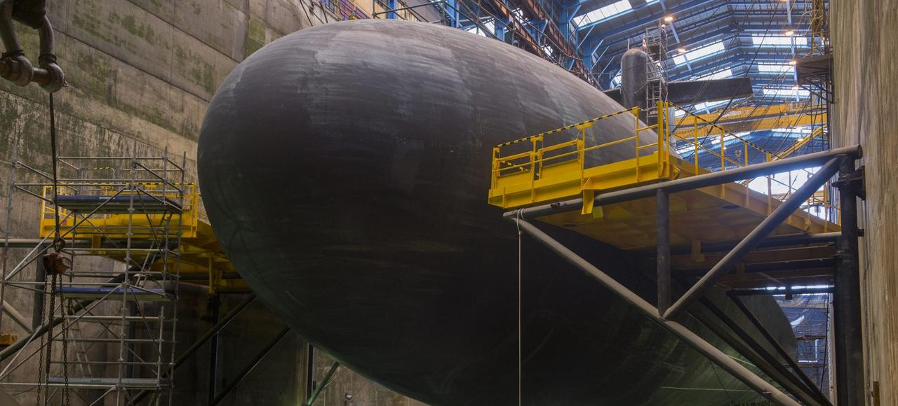 Le «Triomphant», l'un des quatre sous-marin lanceur d'engins (SNLE) que possède la France, en cale sèche dans un des bassins de l'île Longue, en rade de Brest