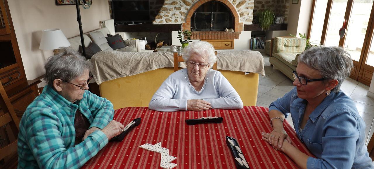 Janine (82 ans) et Yvonne (89 ans) partagent le foyer d'Agnès (à droite), une accueillante familiale agréée par le conseil départemental.