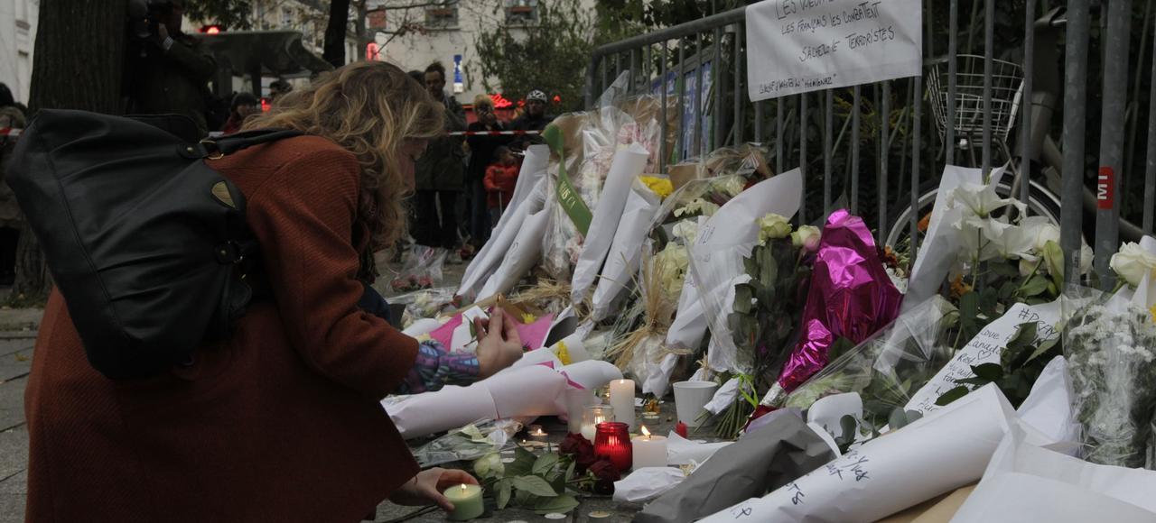 Hommage aux victimes des attentats du 13 novembre, près du Bataclan.