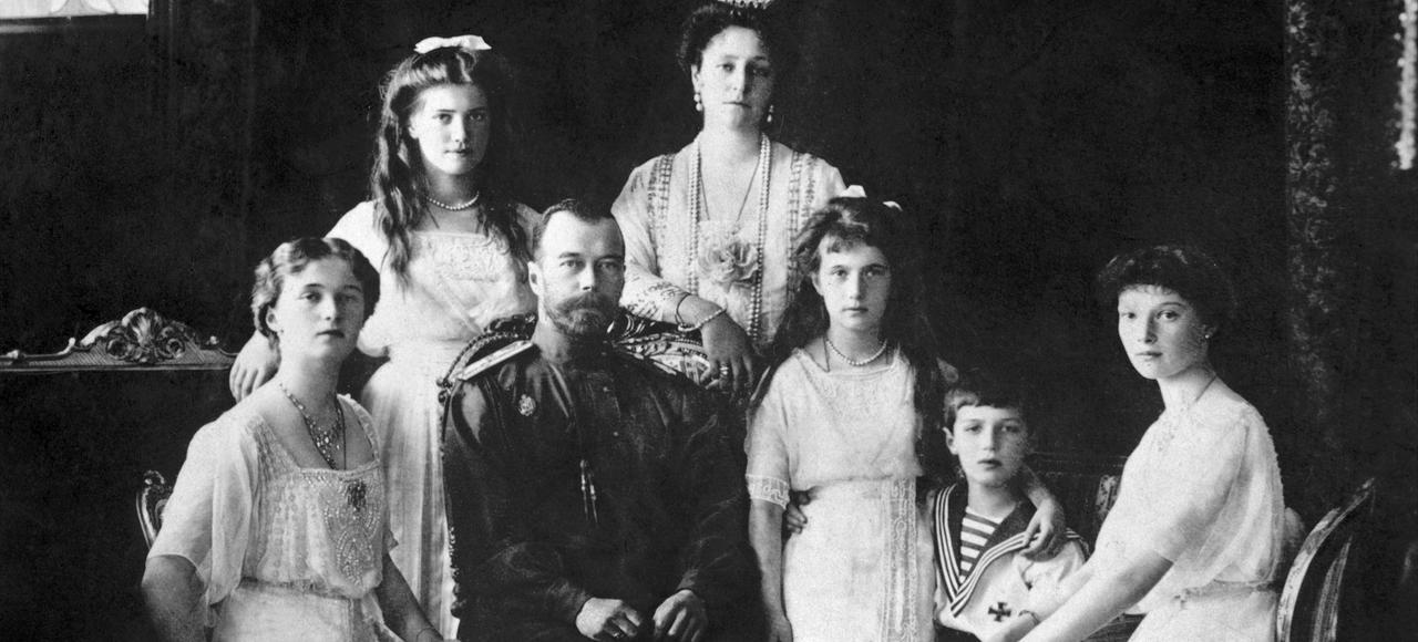 La photo est de 1914. Nicolas II et la tsarine Alexandra Fiodorovna posent avec leurs cinq enfants: les grand-duchesses Olga, Tatiana, Maria et Anastasia, et le tsarévitch Alexis Nicolaïevitch.